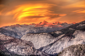 Fototapeta Krajobraz Lenticular clouds and Alpenglow at Glacier Point in Yosemite National Park