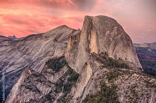 Fotografía Alpenglow on Half Dome in Yosemite National Park at Sunset