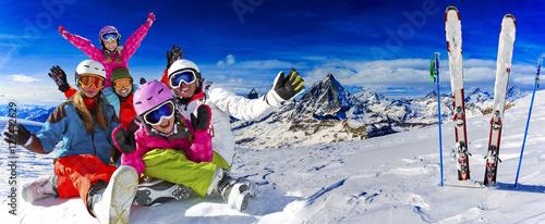 piecioosobowa-rodzina-cieszaca-sie-feriami-zimowymi-w-gorach