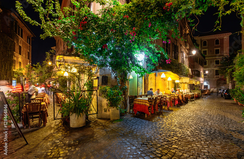 Photo Night view of old street in Trastevere in Rome, Italy