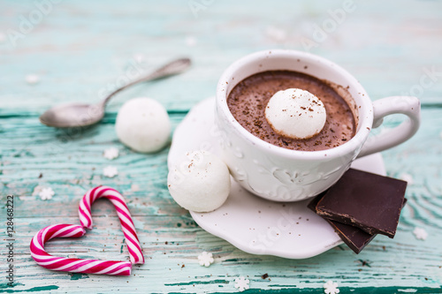 Foto op Plexiglas Chocolade Delicious hot chocolate with marshmallows in a cup on a wooden table.
