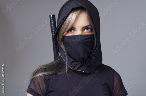 Fotografía Samurai woman dressed in black with matching veil covering face, sword hidden be