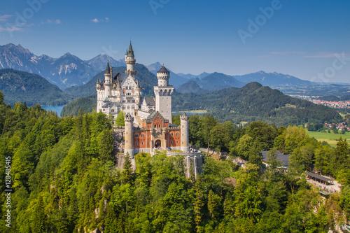Montage in der Fensternische Schloss Classic view of Neuschwanstein Castle, Bavaria, Germany