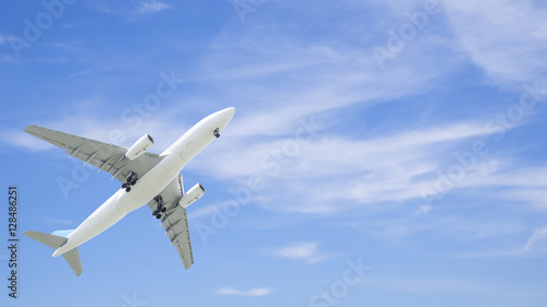 Photo  Airplane flying under blue sky 6
