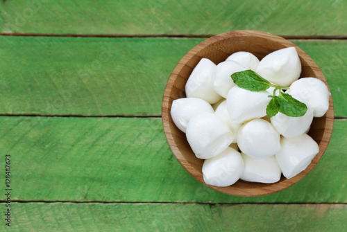 Fotomural Mini mozzarella cheese in a wooden bowl