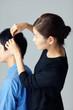 男性髪を触る女性
