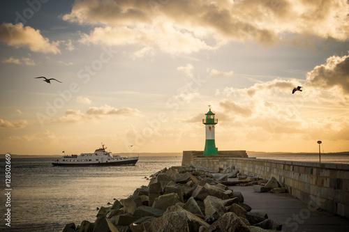 Foto op Aluminium Vuurtoren Leuchtturm Sassnitz - Rügen mit Ausflugsschiff