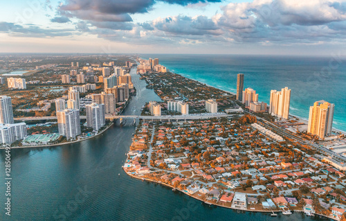 Fotomural Causeway, river and skyline of Miami Beach, view from helicopter