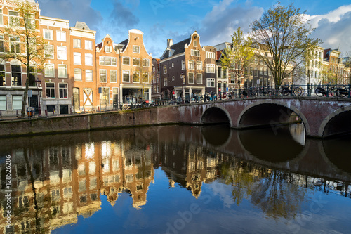 Photo  Dutch scenery with canal and mirror reflections at spring, Amstardam, Netherland