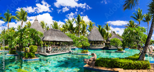 Foto-Kissen - Tropical vacations. Swimming pool and lounge bar in Mauritius island (von Freesurf)