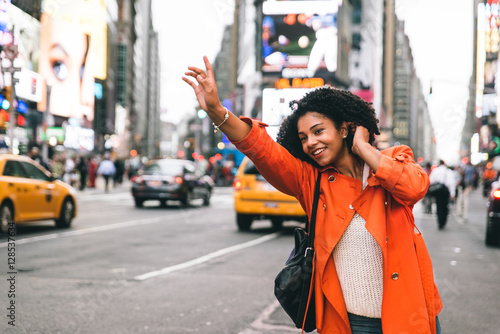 Photo  Woman looking for a taxi in New york city