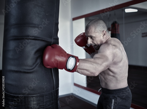 Photo  Kickbox fighter working on punchbags