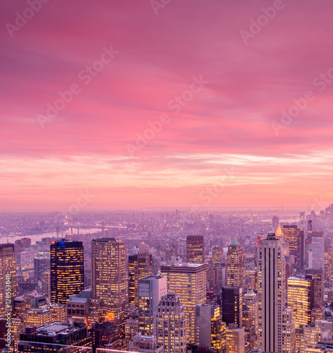 In de dag Candy roze View of New York Manhattan during sunset hours
