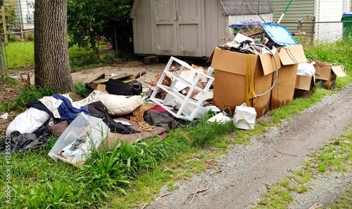 Fotografía Trash and litter in residential neighborhood alley. Horizontal.