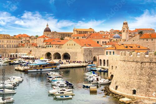 Photo Stands Ship Old city Dubrovnik, Croatia