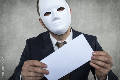 Fotografía  incognito businessman holds an envelope with bribe