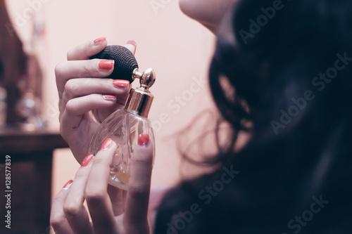 Fotografiet  donna che spruzza il profumo sul collo