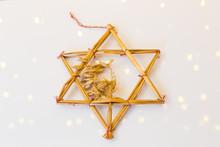 Juldekoration På Vit Glansigt Bord Som Reflekterar Ljusslinga
