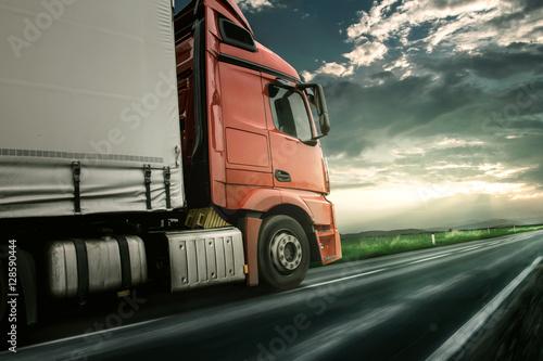 Plakat Czerwona ciężarówka o zachodzie słońca