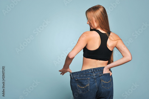 Fotografía  Fit young woman in loose jeans
