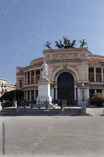 In de dag Palermo theatre with statue