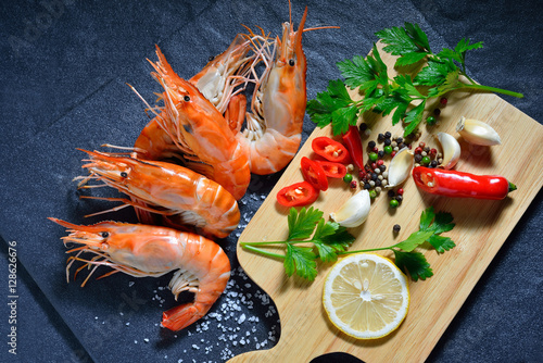 Poster Coquillage Cooked shrimps,prawns with seasonings on stone background