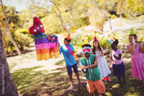 Fotografía  Little boy is going to broke a pinata for his birthday