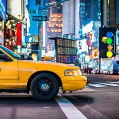 Żółta taksówka taksówką na Manhattanie, NYC. Taksówki Nowego Jorku w nocy Time Square ..