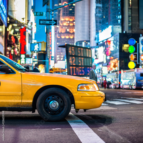 Photo sur Aluminium New York TAXI Yellow cab taxi in Manhattan, NYC. The taxicabs of New York City at night Time Square..