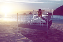 Frau Wacht Am Strand Auf