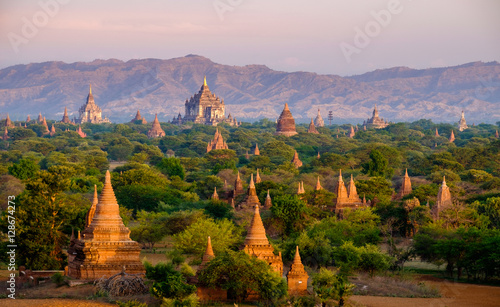 Платно Sunrise landscape view with silhouettes of old temples, Bagan