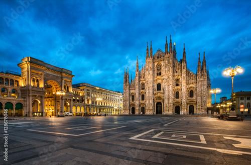 In de dag Milan Domplatz in Mailand Italien mit Dom und Triumphbogen