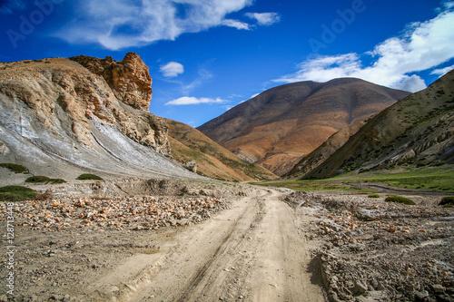 Foto op Aluminium Oceanië Dirt gravel mountain road through central Tibet