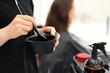 Koloryzacja włosów w salonie fryzjerskim.