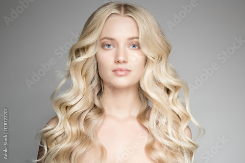 Foto Portrait Of A Beautiful Young Blond Woman With Long Wavy Hair.