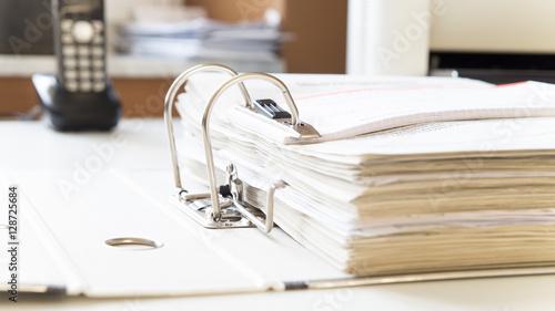 Aktenordner mit steuerunterlagen für finanzamt auf schreibtisch