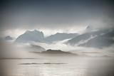 Wybrzeże Norwegia morze w chmurach mgła. Pochmurny dzień nordycki. - 128726495