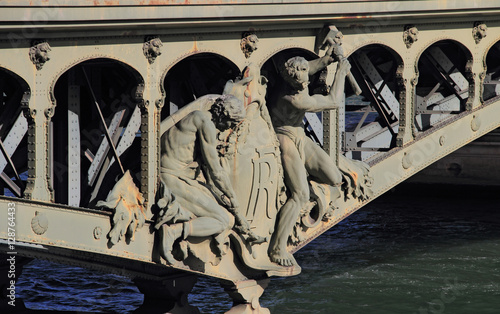 """Fotografie, Obraz  Détail du pont de Bir-Hakeim à Paris : """"Les forgerons-riveteurs, de Gustave Mich"""