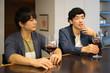 会話しながらワインを飲む2人の男性