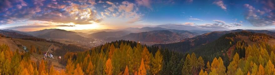 Kolorowy zachód słońca w górach