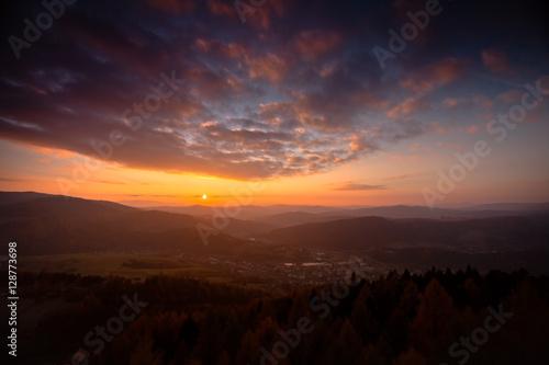 Kolorowy zachód słońca w górach - fototapety na wymiar