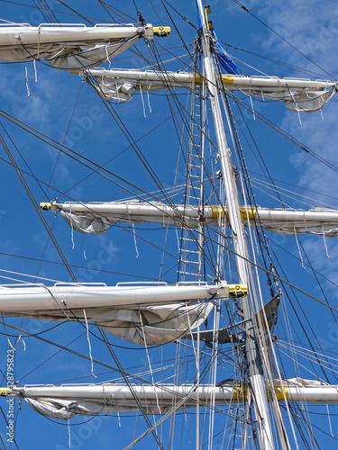 Fotografie, Obraz  Takelage einer Brigg im Hafen