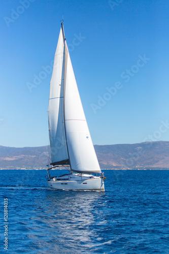 Plakat Żaglowce łodzi z białymi żaglami w morzu. Luksusowe jachty ...