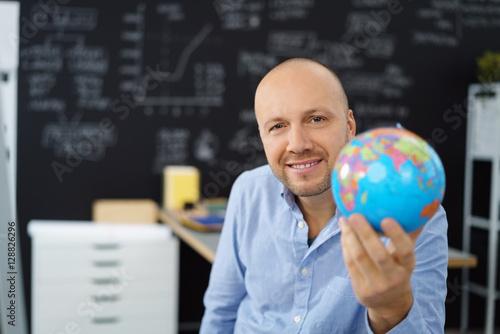 Fotografie, Obraz  geschäftsmann hält eine weltkugel in der hand