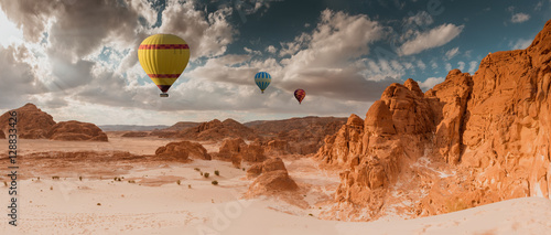 Keuken foto achterwand Ballon Hot Air Balloon travel over desert