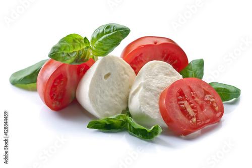 Plakat mozzarella z pomidorami i bazylią na białym tle