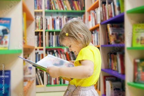 Zdjęcie XXL Dziewczyny czytelnicza książka przy biblioteką.