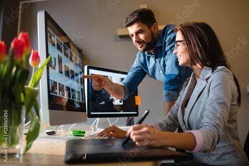 Graphic designer pointing at monitor Fototapet