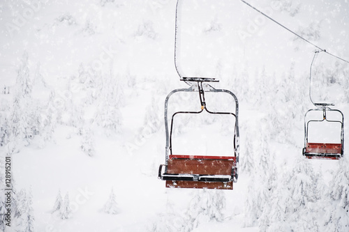 Valokuva  cable car lift at ski resort. winter background