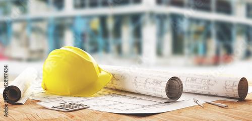 Elmetto giallo operaio di cantieri e progetti di geometra